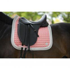Schabrak -Equilibrio Versale- Style på häst med sadel fastspänd Shabraket har korall färg.
